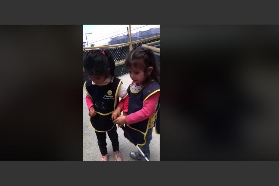 Un video en el que dos niñas con discapacidad visual, se viraliza a nivel internacional. (Foto: captura).