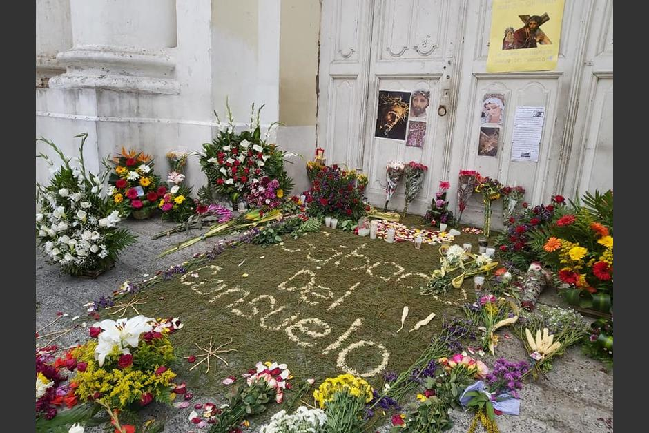 Los fieles hicieron una alfombra y una ofrenda floral. (Foto Hermandad Jesús Nazareno del Consuelo)