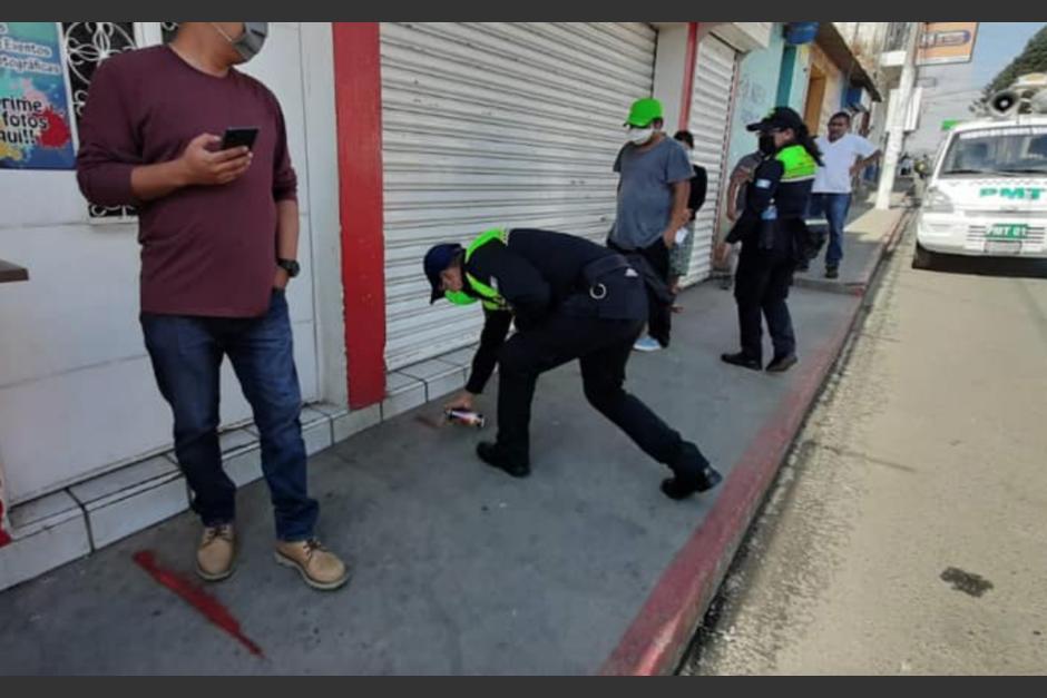 La PMT debió pintar las aceras para que los pobladores respetaran la distancia. (Foto Municipalidad Chimaltenango)