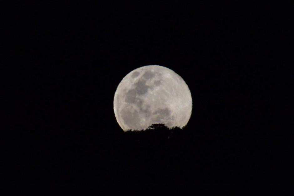 """Así se vio la """"superluna"""", el Martes Santo 7 de abril de 2020, en Pastores, Sacatepéquez, Guatemala. (Foto: Fredy Hernández/Soy502)"""