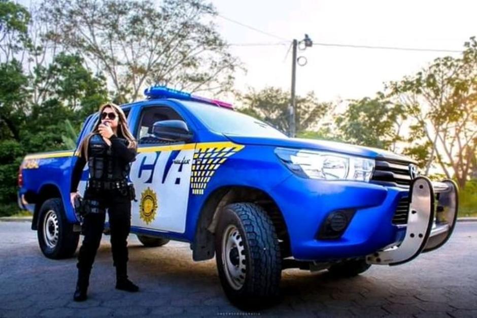 Esta es una de las imágenes que circula en redes sociales. La mujer modela frente a una patrulla de la PNC asignada a Izabal. (Foto: redes sociales)