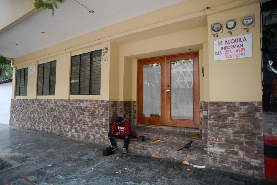 Varios locales en la Zona Viva han cerrado y los espacios están en renta. (Foto: Wilder López/Soy502)