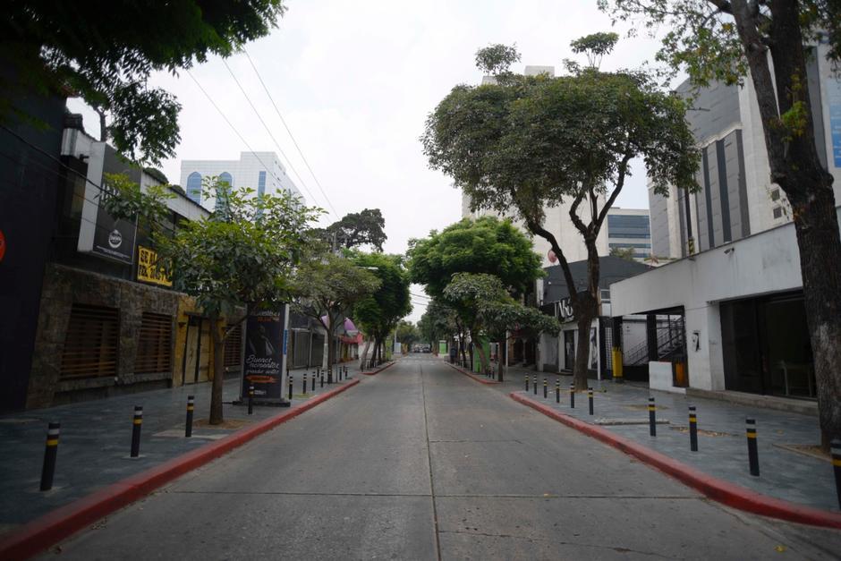 Las calles de la zona 10 lucen desoladas y son pocas personas y automóviles que se desplazan por este sector. (Foto: Wilder López/Soy502)