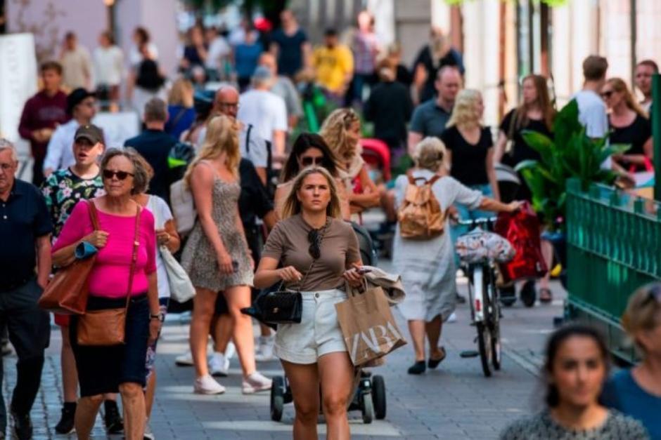 La gente camina sin mascarillas en la capital de Suecia, Estocolmo, durante la pandemia del coronavirus. (Foto: AFP/ theepochtimes.com)