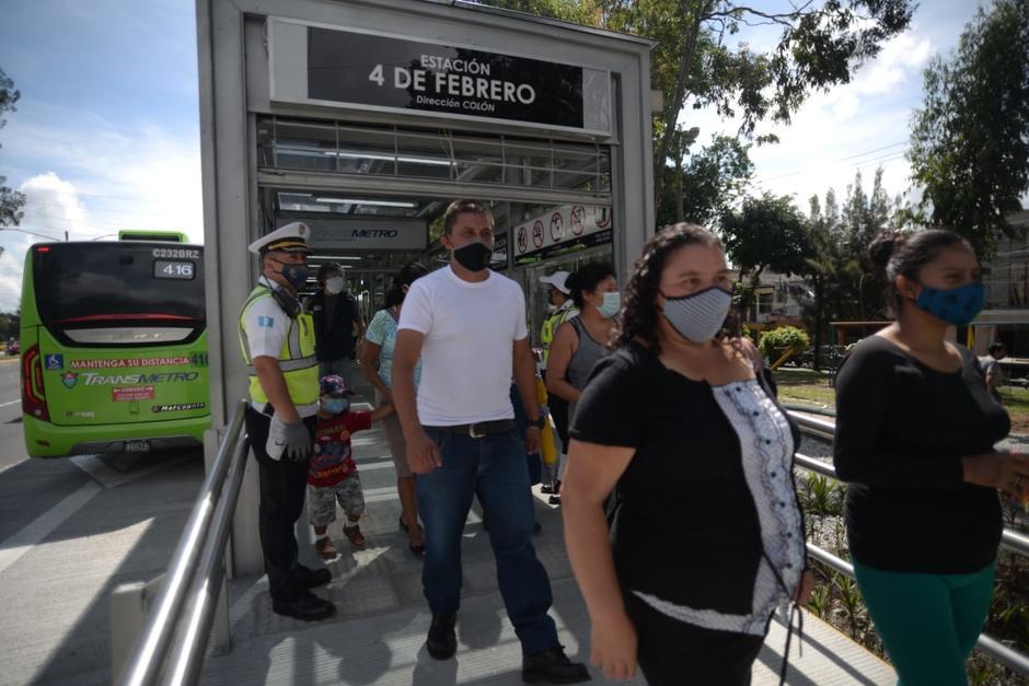 Vecinos de la colonia 4 de Febrero se acercaron para conocer la nueva estación. (Foto: Wilder López/Soy502)