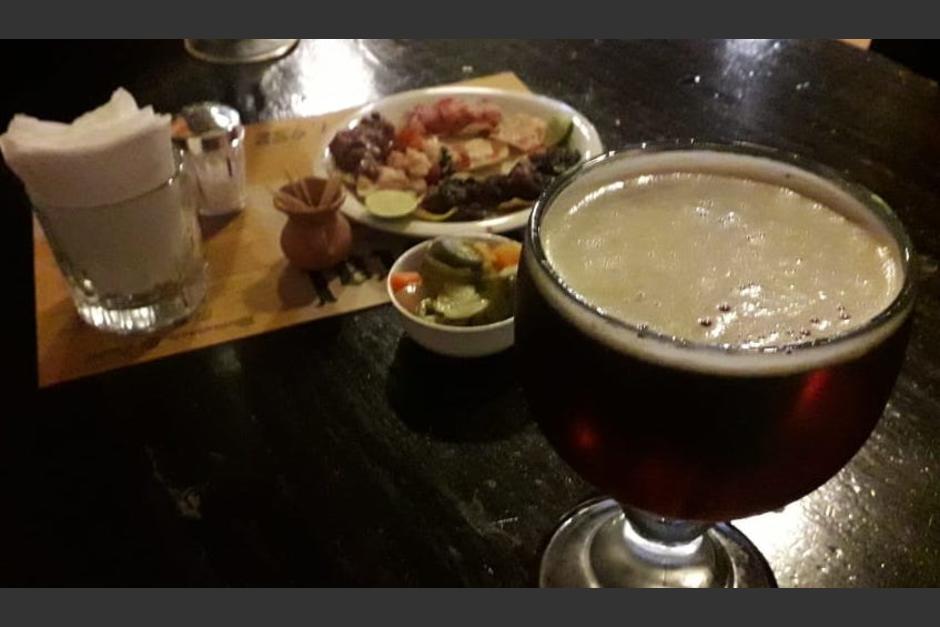 Sus visitantes pueden disfrutar de las bebidas y las boquitas que ofrece el lugar. (Foto: Wilder López/Soy502)