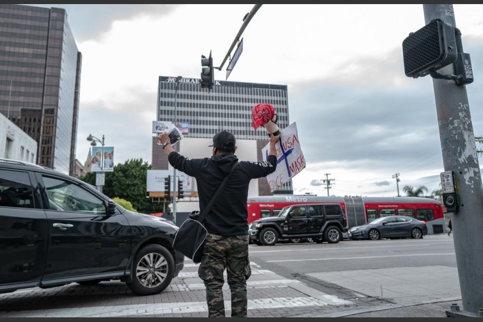 Un migrante guatemalteco en EE.UU. perdió su trabajo por el confinamiento y ahora vende en las calles. (Foto: Elijah Hurwitz/High Country News)