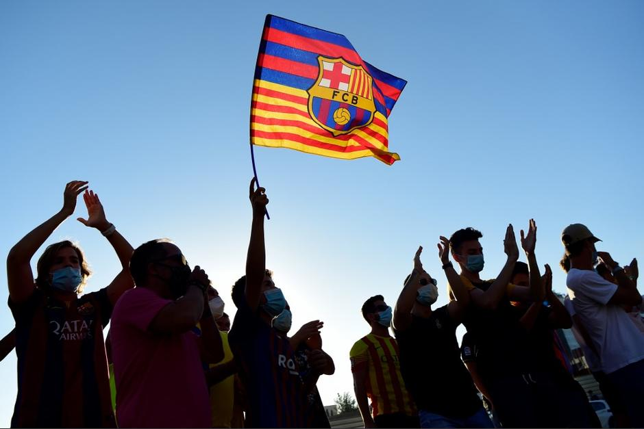 Los aficionados llegaron la tarde del miércoles a la sede del club para pedir la dimisión de su presidente. (Foto: AFP)