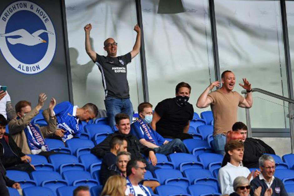 Las personas estaban distanciadas por varios asientos (Fotografía: AFP)
