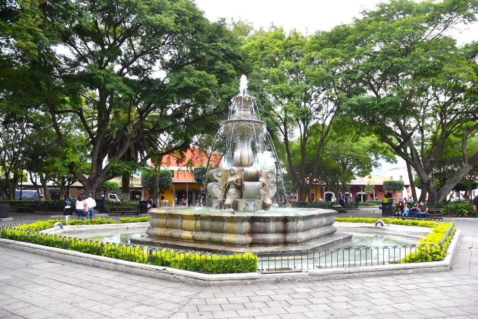 El parque central de Antigua Guatemala recién fue habilitado, luego de casi cinco meses cerrado al público. (Foto: Fredy Hernández/Soy502)