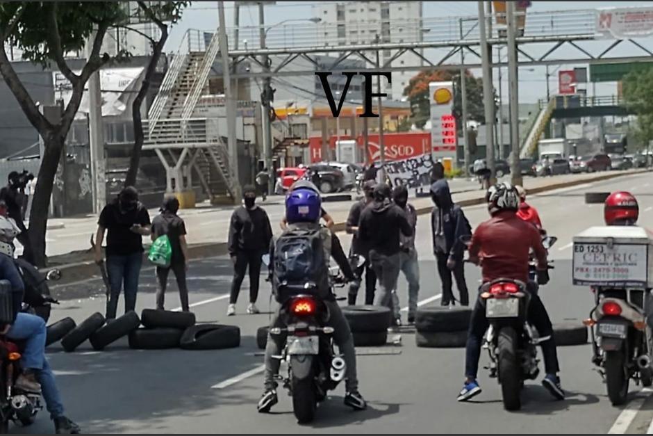 El bloqueo se reporta en cercanías de la Universidad de San Carlos. (Foto: Amilcar Montejo/PMT)