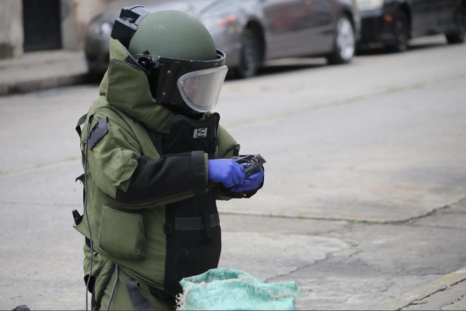 Un agente de la DIDAE desactiva uno de los artefactos explosivos. (Foto: PNC)