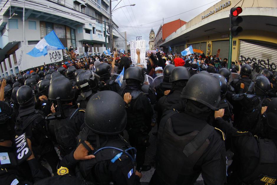 Los agentes de la PNC recibieron críticas luego de implementar la fuerza en contra manifestantes durante el 21 de noviembre. (Foto: Alexis Batres/Soy502)