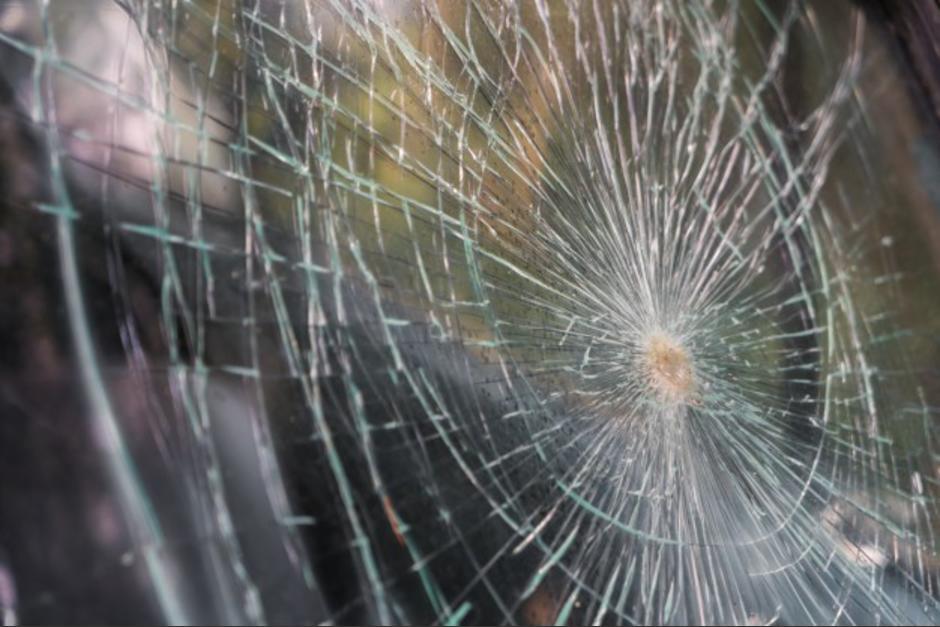 Conductor choca con microbús de PMT en Mixco y se fuga
