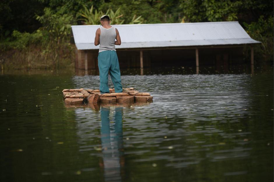 Luego de un mes del paso de los fenómenos  naturales Eta y Iota, varias viviendas siguen inundadas en varias comunidades de Chisec, Alta Verapaz.. (Foto: Wilder López/Soy502)
