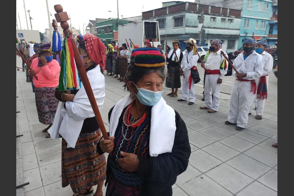 Los manifestantes utilizan mascarillas y guardan distanciamiento físico, mientras permanecieron frente a la sede del MP. (Foto: Wilder López/Soy502)