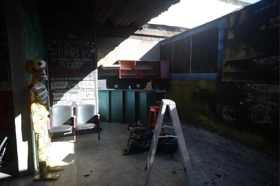 Varios de los insumos de trabajo de Rayuela quedaron destruidos por el incendio. (Foto: Wilder López/Soy502)