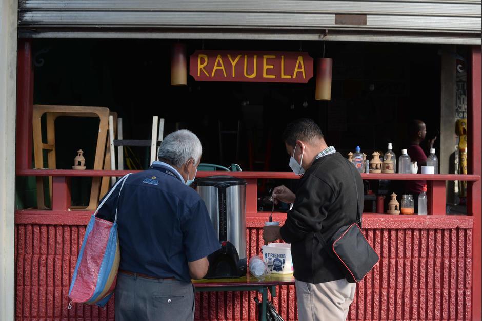 Sin embargo, se continúa con el proyecto de Café Pendiente que regala una bebida caliente a los transeúntes. (Foto: Wilder López/Soy502)