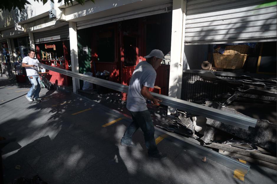 El dueño del local ha aportado las láminas para rehacer el techo del local. (Foto: Wilder López/Soy502)