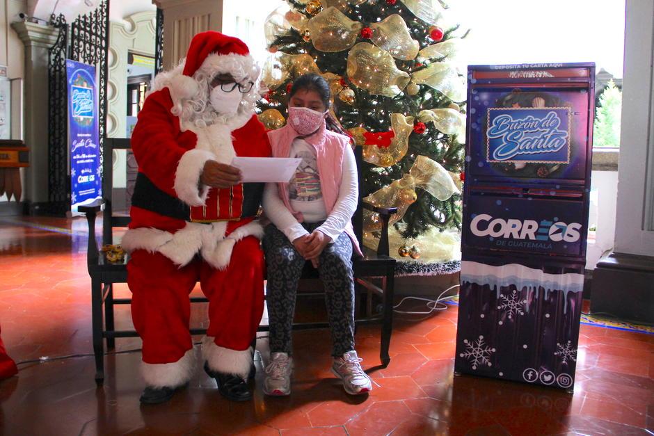 Santa Claus llena de emoción a los niños que llegan a conocerlo. (Foto: Fredy Hernández/Soy502)