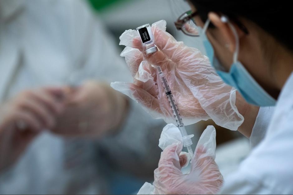 Enfermera da positivo a coronavirus durante vacunación