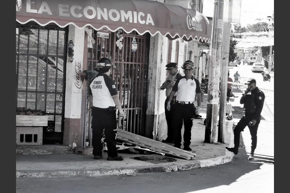El cuerpo de la mujer quedó tendido frente a una tienda. (Foto: Bomberos Voluntarios)