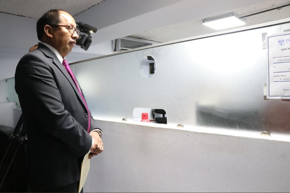 El director Financiero de la PDH, Henry Momotic, trató de entregar documentación al Congreso, pero no le fue recibida. (Foto: PDH)