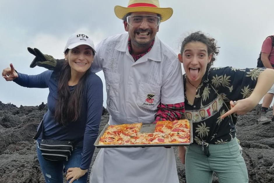 Mario David García prepara pizzas en los hornos naturales del Volcán de Pacaya. (Foto: cortesía Mario David García)