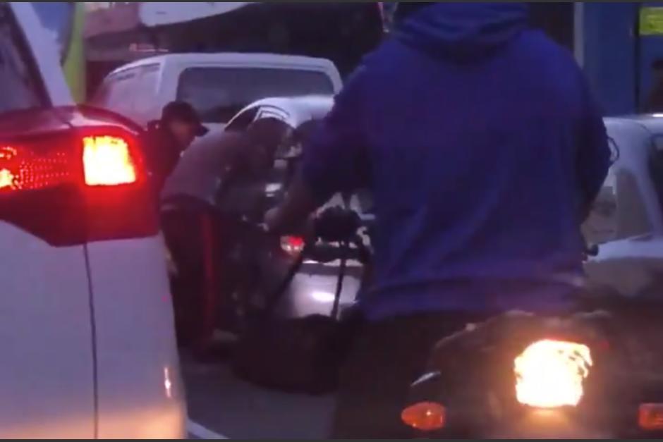 Los delincuentes lograron llevarse las pertenencias de su víctima. (Foto: captura de pantalla)