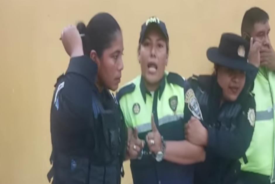 El director de la PMT en Escuintla cree que hubo un exceso de fuerza durante la captura de la agente (Foto: captura de pantalla)