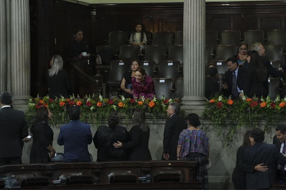 Alejandra Carrillo se fotografió con varios de sus excompañeros. (Foto: Luis Sajché/Soy502)