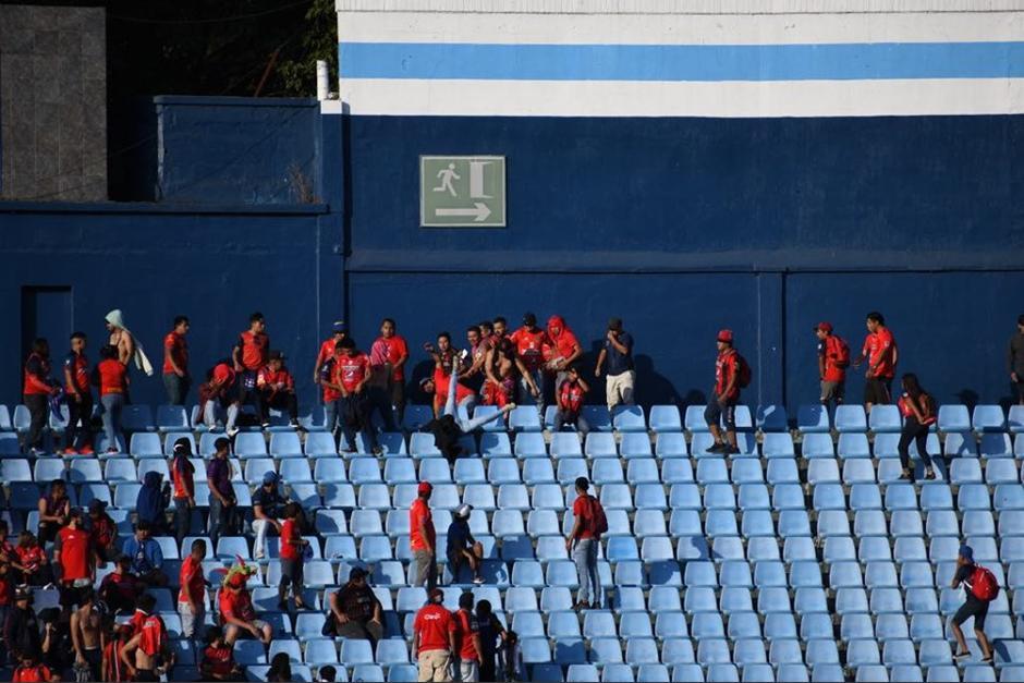 Los aficionados se fueron a los golpes contra un hombre en las gradas. (Foto: Rudy Martínez/Soy502)