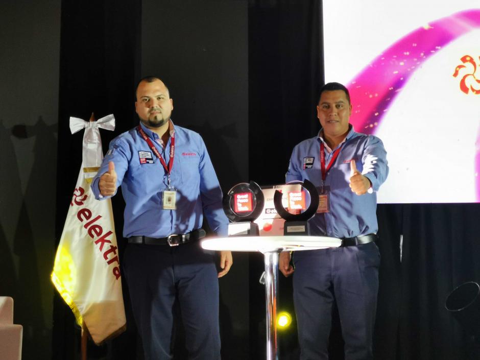 Dos colaboradores de Tiendas Elektra Guatemala fueron los embajadores de la empresa para recibir el reconocimiento. (Foto: Fernando Pinetta)