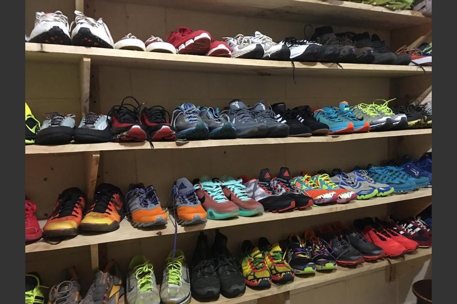 Parte de los zapatos que coleccionaba uno de los privados de libertad en Pavoncito. (Foto: Soy502)