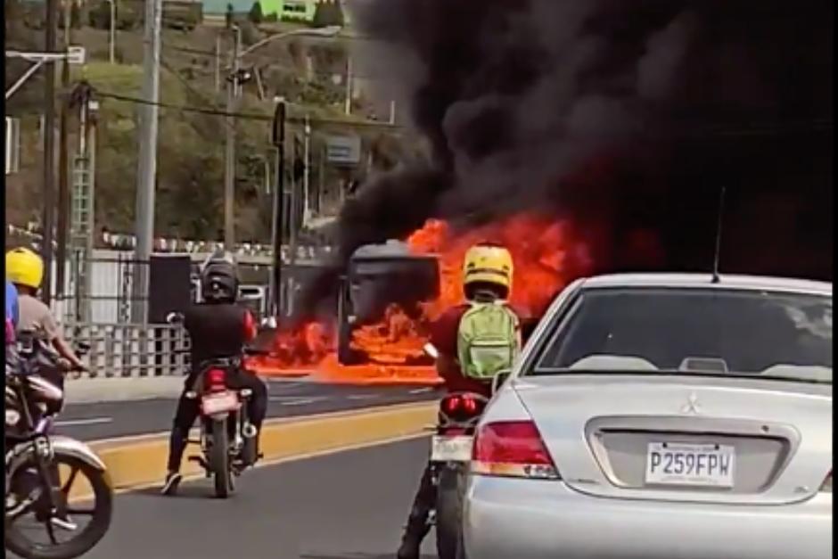 15 pasajeros pudieron ser rescatados del bus. (Foto: Twitter)