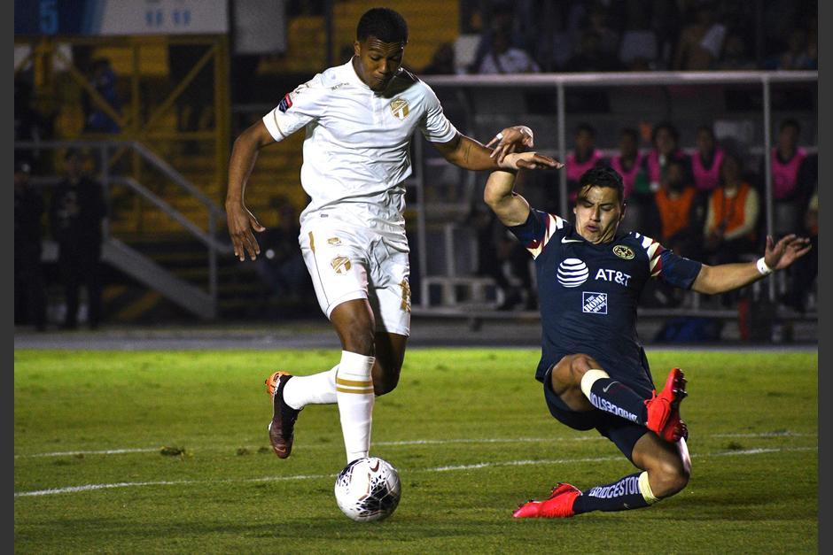 Jorge Sánchez, del América, se barrió y derribó al delantero tico Jostin Daly. (Foto: Rudy Martínez/Soy502)