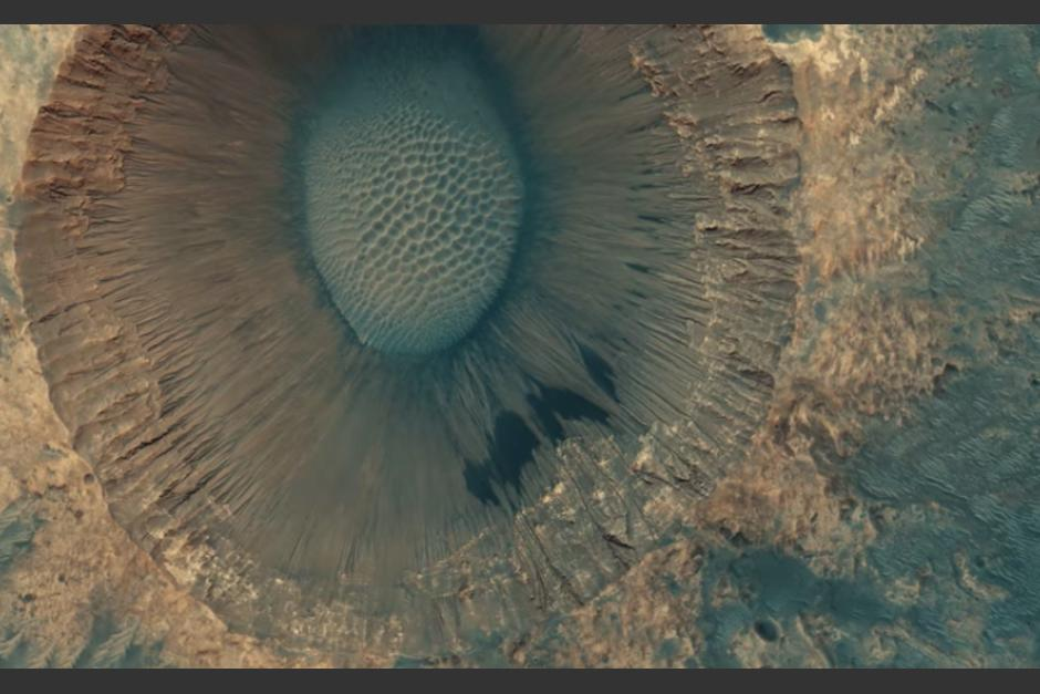 La imagen fue comparada a un iris. (Foto captura de Video © Seán Doran / Data by HiRISE  NASA / JPL / University of Arizona)