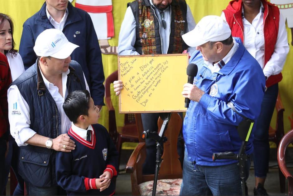 Entre lágrimas el presidente agradeció el presente. (Foto: SCSPR)