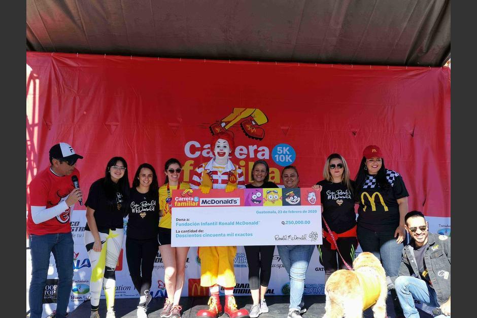 Representantes de la fundación, reciben el donativo de Q250 mil. (Foto: Fernando Pinetta)