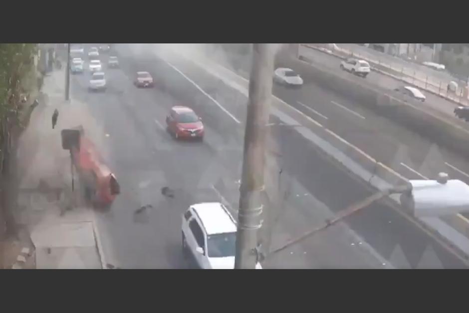 El carro se destrozó en el carril central y salió volando. (Foto: captura de video)