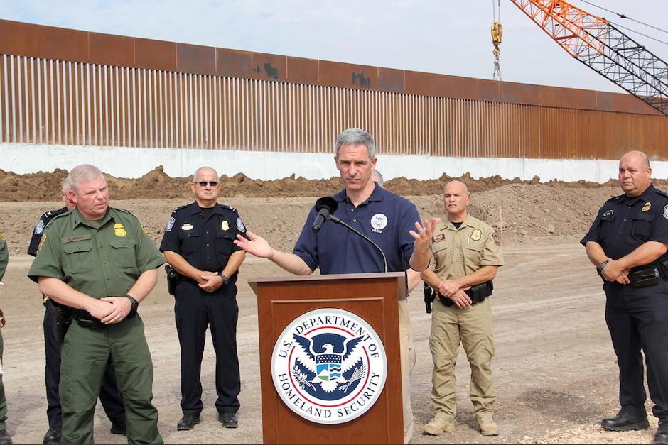 Kenneth Cuccinelli, subsecretario Interino del Homeland Security de EE.UU., ofreció una conferencia de prensa para medios de El Salvador, Honduras y Guatemala frente al muro de Trump. (Foto: Jessica Gramajo/Soy502)