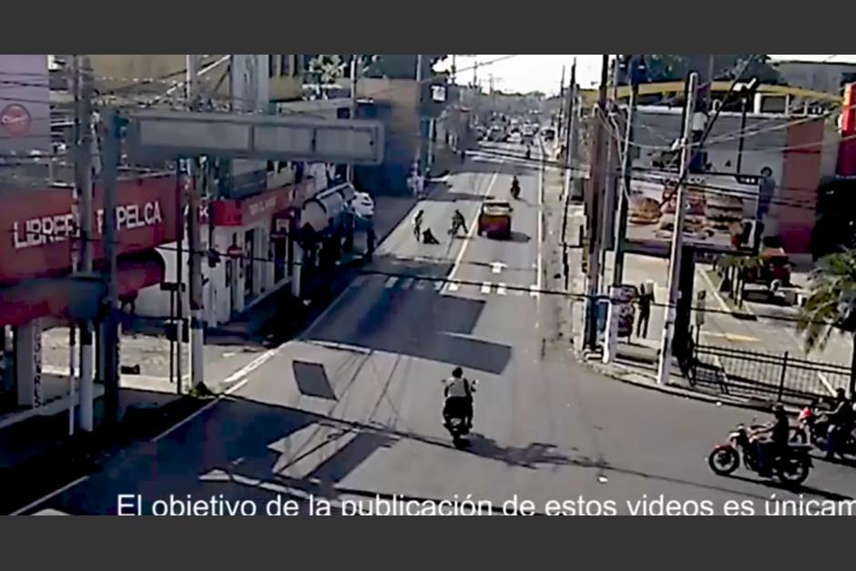 Una pelea callejera provocó que el motorista chocara. (Foto: captura pantalla)