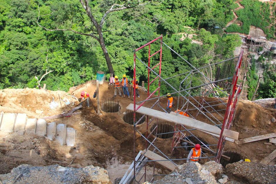 En el lugar se construyen otros cinco puentes que permitirán la movilidad sobre este nuevo tramo. (Foto: Fredy Hernández/Soy502)