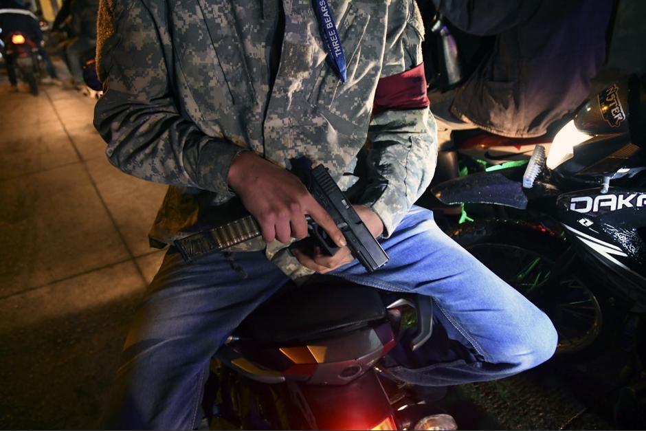 Civiles decidieron armarse para patrullar las calles de San Vicente Pacaya en Escuintla. (Foto: AFP)