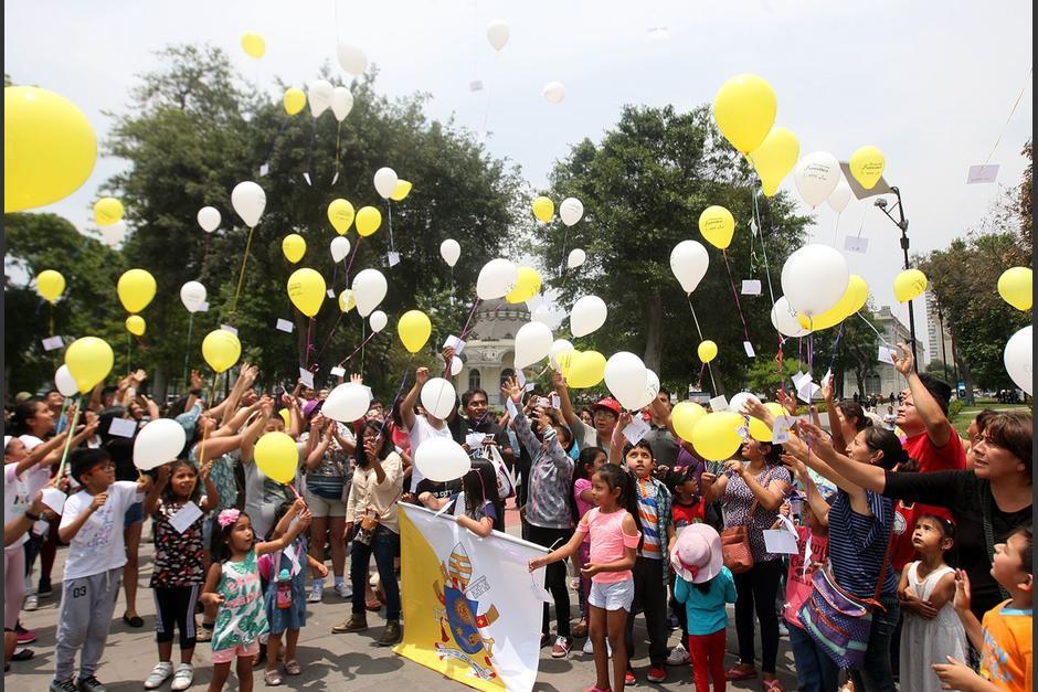 Con globos y sin mascarillas varios fieles recorrieron las calles de Santiago Atitlán, en Sololá, en pleno toque de queda. (Foto: imagen ilustrativa)