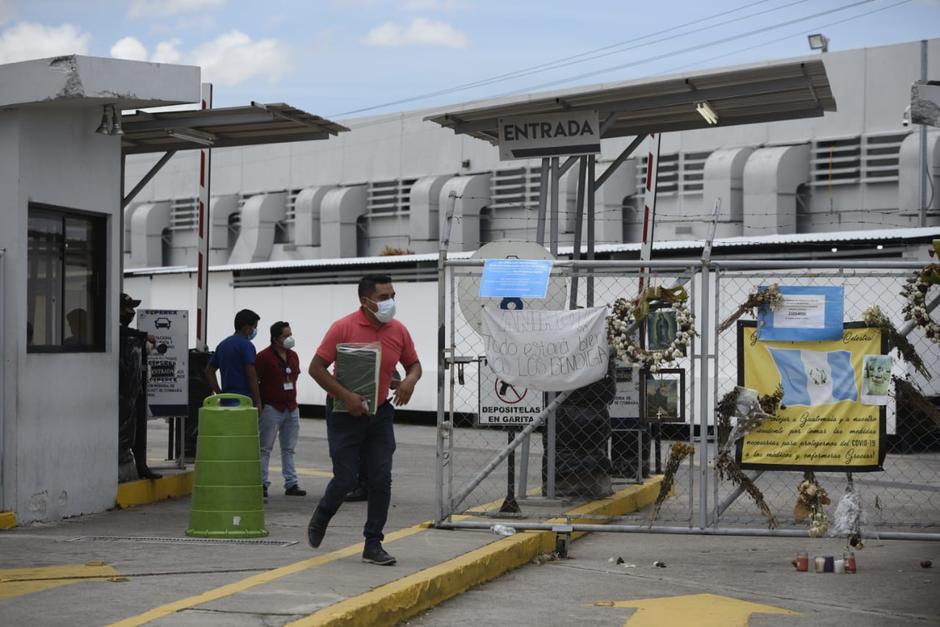Varias personas llegan a diario a las afueras del Parque de la Industria en busca de información. (Foto: Wilder López/Soy502)