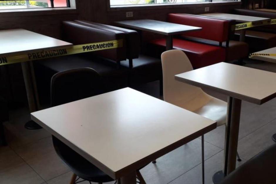 Algunos restaurantes comenzaron a atender clientes en mesas con medidas de distanciamiento. (Foto: Wilder López/Soy502)
