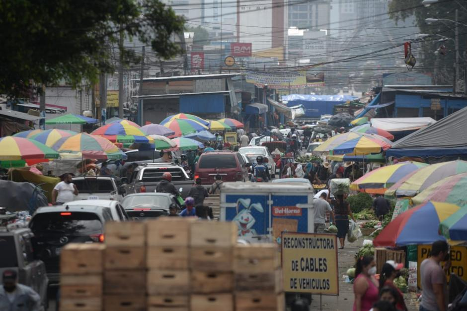 El lunes, los guatemaltecos abarrotaron mercados y la Terminal. (Foto: Wilder López/Soy502)
