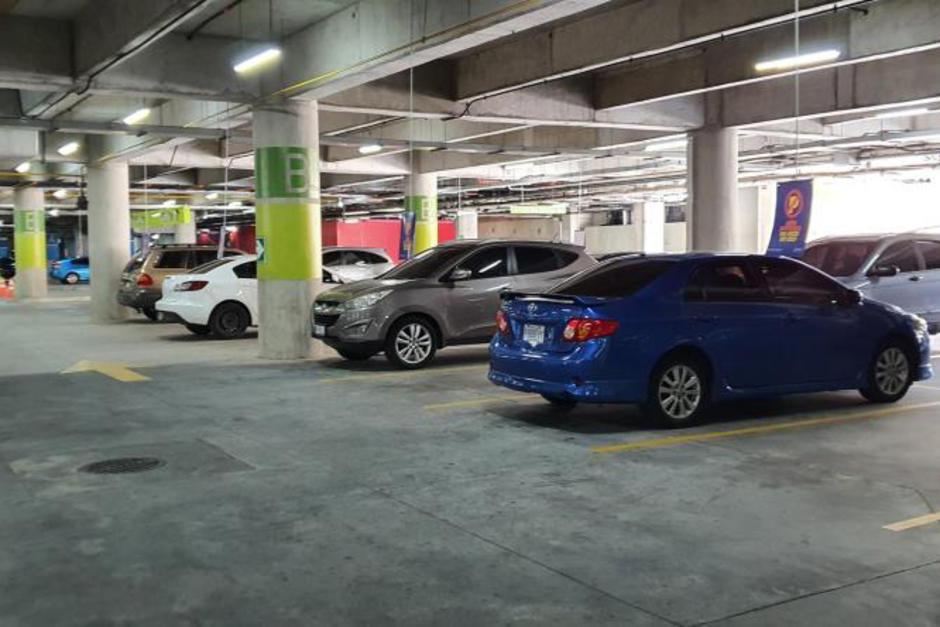 Las medidas de distanciamiento también se aplican a parqueos en el interior de centros comerciales, habilitados solamente para recoger mercadería adquirida previamente en Internet. (Foto: Xavier Soria)