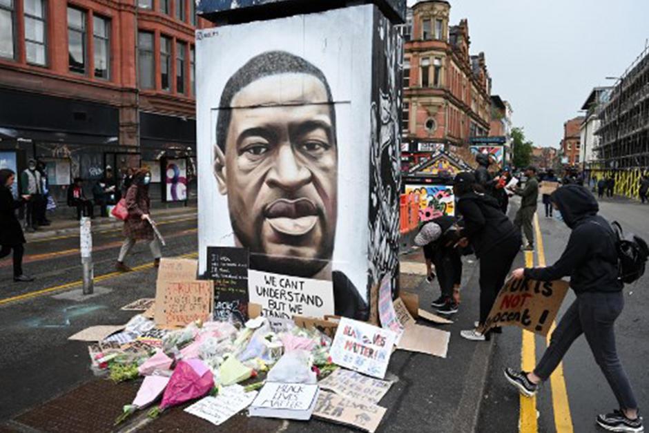 Colocan pancartas en el mural que hizo un artista callejero en Inglaterra (Fotografía: AFP)